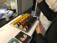web_パリのフォーシーズンズホテル厨房内にて撮影、右上のケーキにゆこう果汁使用